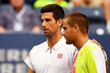 德约科维奇(左)因对手米哈伊尔•尤兹尼(右)退赛,轻松晋级。