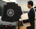 蔡海虹在投票。 (于佩/大紀元)