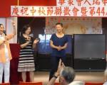 剛剛贏得第65選區州眾議員民主黨初選的牛毓琳(右一),勝選後第一站就前往有數千名會員的華策會人瑞中心謝票。 (蔡溶/大紀元)