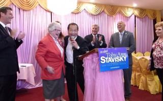 民代、社区人士庆祝史塔文斯基赢得初选。 (林丹/大纪元)