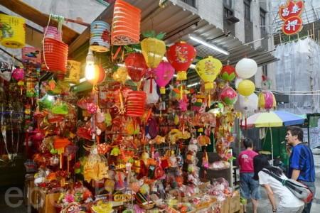 """中环卑利街""""生福祥香庄"""",在香港是手扎作中秋灯笼近廿多年的老店。(宋祥龙/大纪元)"""