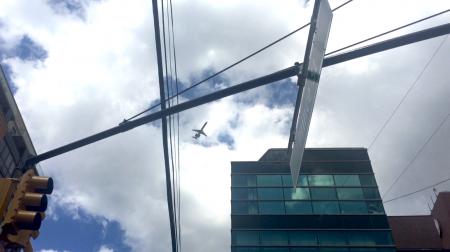低空飞过法拉盛上空的飞机。