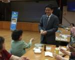 第16選區州參議員候選人鄭勝振拜訪臺灣會館,鼓勵耆老在9月13日州議會黨內初選中投票。 (林丹/大紀元)