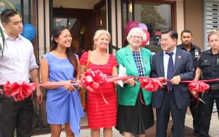 法拉盛社區領袖瑪莎(左三)和參議員史塔文斯基(左四)、市議員顧雅明(左五)為珍妮(左二)的咖啡餐廳剪綵。 (唐誠/大紀元)