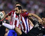 马德里竞技在主场1-0击败拜仁。图为双方球员拼抢瞬间。 (JAVIER SORIANO/AFP/Getty Images)