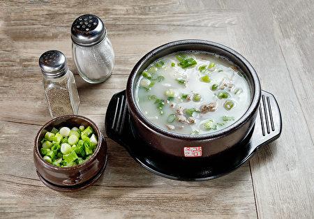 """""""牛骨汤""""是用公牛腿骨和牛胸脯肉在清水中熬炖10个小时以上,不仅汤汁鲜浓且营养价值高,养身提神、滋补养颜。 (张学慧/大纪元)"""