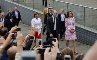 图说:2016年9月25日,英国王室威廉王子与凯特王妃来到温哥华的Harbour Flight Centre 和Jack Poole Plaza,与欢迎民众见面。(大宇/大纪元)