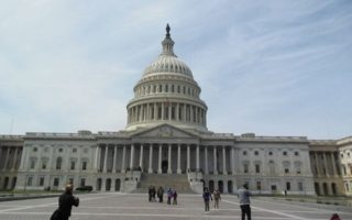 美國國會星期三(9月28日)通過了一項撥款法案,使政府得以繼續運作幾個月,暫時避免了關門危機。圖為美國國會大廈。(徐清風/大紀元)