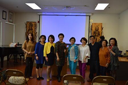 图: 谢秀慧老师(左五)辅导台湾新住民多年,她来温哥华分享了自己的辅导经验与感受,受到大温侨届领袖欢迎。 (邱晨/大纪元)