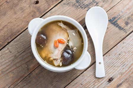鸡汤里的洋葱及大蒜不只可抵抗细菌感染,同时帮助清理呼吸道及消化道。(fotolia)