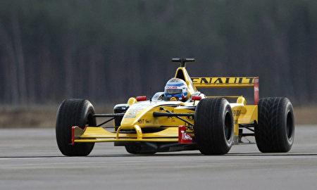 2010年11月7日,普京在圣彼得堡的一条赛道上亲自试驾雷诺方程式赛车。(ALEXEY NIKOLSKY/AFP/Getty Images)