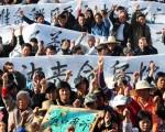 2011年12月,乌坎村民抗议官员强征土地和运动领袖狱中死亡。(STR/AFP/Getty Images)