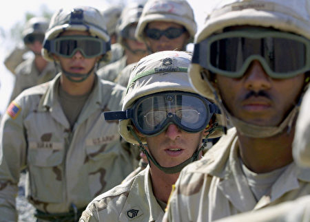 图为2003年10月美军101空降师在伊拉克奎亚拉空军基地服役。 (AHMAD AL-RUBAYE/AFP/Getty Images)