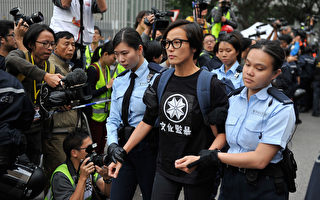 2014年12月11日,香港政府清场占中运动,何韵诗被警察押走。(Lucas Schifres/Getty Images)
