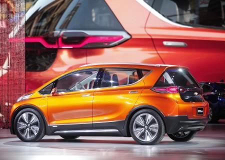 通用汽车公司周二宣布,旗下雪佛兰车厂的全电力小轿车Bolt每次充电可以行驶238英里,而且在今年年底前就可上市。(Bill Pugliano/Getty Images)