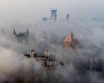 一项私人调查显示,中国经济在第三季度不像最近一波数据暗示的那样健康。虽然制造业和房地产出现增长,但是服务业和零售业摇摇欲坠。 (STR/AFP/Getty Images)