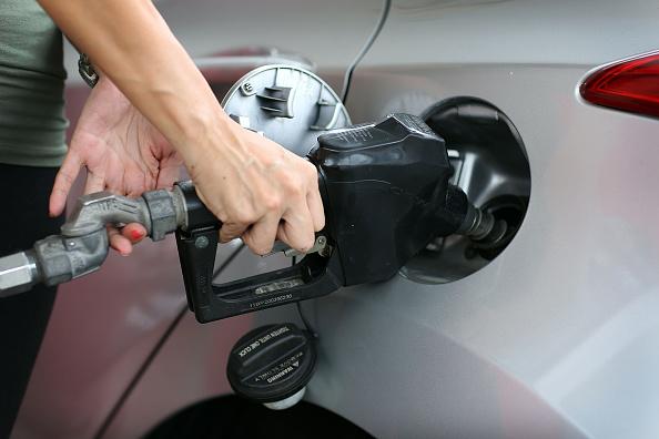 根據AAA的最新研究,喜歡使用高級汽油不僅對愛車毫無益處,還會讓荷包失血。(Joe Raedle/Getty Images)