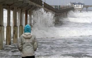 新研究顯示,大潮汐容易助推小震變成大震。圖為今年1月7日聖地亞哥Ocean Beach碼頭潮水高漲。(BILL WECHTER/AFP/Getty Images)