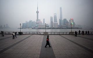 TOPSHOT - A security guard walks at the bund near the Huangpu river across the Pudong New Financial district, in Shanghai on January 18, 2016. China recorded its lowest growth in a quarter of a century in 2015, an AFP survey has forecast, projecting a further slowdown in the world's second-largest economy this year.   AFP PHOTO / JOHANNES EISELE / AFP / JOHANNES EISELE        (Photo credit should read JOHANNES EISELE/AFP/Getty Images)