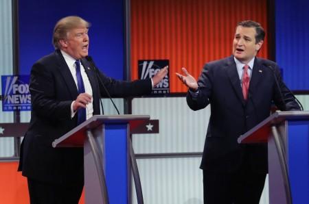 3月3日底特律,科鲁兹(右)与川普在共和党大选电视辩论会上。(Chip Somodevilla/Getty Images)