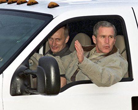 """布什驾驶着一辆""""福特""""牌小卡车,普京坐在他身旁。(LUKE FRAZZA/AFP/Getty Images)"""