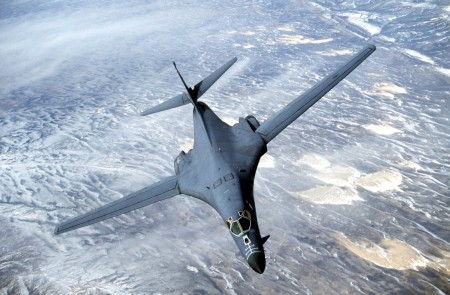 B-1B枪骑兵是具低空渗透能力的超音速可变后掠翼重型远程战略轰炸机,在平坦地面上可降至60米高度飞行。(Getty Images)