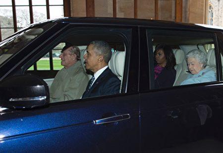 94岁的菲利普亲王亲自当司机,奥巴马坐在副 驾驶位置,女王和米歇尔则坐在后排座位。(GEOFF PUGH/AFP/Getty Images)