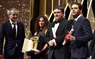泽维尔·多兰(右一)在2016年法国戛纳电影节闭幕式上。(Photo by Pascal Le Segretain/Getty Images)