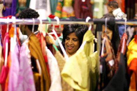 服装进口商涉嫌从中国进口女性服装时开具低于商品价值的发票以逃避进口关税,被美国执法当局处以数百万美元的罚款。图为美国一家女性服饰店。  (TIM SLOAN/AFP/Getty Images)