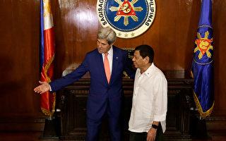 菲律賓總統杜特爾特Rodrigo Duterte (右) 7月27日在馬尼拉會見來訪的美國國務卿克里(左)。( AARON FAVILA/AFP/Getty Images)