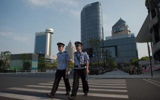 9月2日,中国杭州G20峰会期间,两名警察在空荡的街道上巡逻。(NICOLAS ASFOURI/AFP/Getty Images)