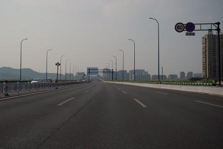 9月2日,杭州一條高速公路幾乎空無一車。(NICOLAS ASFOURI/AFP/Getty Images)