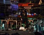 菲律賓總統杜特蒂於2016年9月3日譴責阿布沙耶夫反政府武裝組織,在南部棉蘭老島的達沃市犯下炸彈攻擊案,是目無法紀的暴行。本圖為遭攻擊的鬧區夜市現場。(STR/AFP/Getty Images)