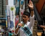 周日投票人数创纪录,帮助把新人推入立法会。其中最引人注目的是罗冠聪,23岁的前学生抗议领袖。 (ANTHONY WALLACE/AFP/Getty Images)