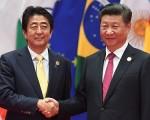 9月5日,在杭州G20峰会期间,日本首相安倍晋三与习近平举行会晤,商谈东海、南海以及朝鲜发射导弹等问题。(GREG BAKER/AFP/Getty Images)