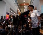 香港活跃社会运动人士朱凯廸在演讲。       (ANTHONY WALLACE/AFP/Getty Images)