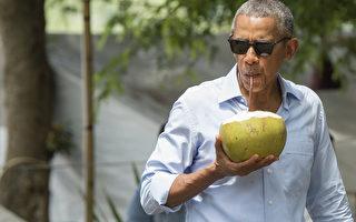 手抱大椰子街头畅饮 奥巴马老挝上演亲民秀