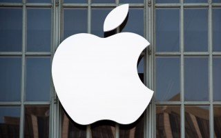 苹果布局液态金属制程设计导管系统,可生产制造iPhone等电子产品。(JOSH EDELSON/AFP/Getty Images)