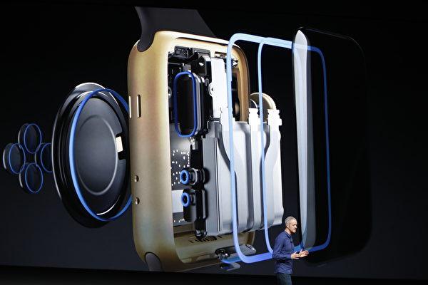 蘋果首席營運長Jeff Williams說,不管是游泳、衝浪還是跳水,你都可以戴著這個手錶。 (Stephen Lam/Getty Images)