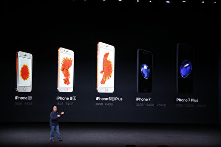 新版iPhone擁有雙鏡頭、防水、立體聲揚聲器、更長的電池壽命等功能。(Stephen Lam/Getty Images)