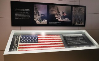 失踪15年的911国旗回到纽约,在全国911纪念博物馆展出。(Spencer Platt/Getty Images)
