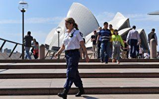 澳大利亞一名22歲的男子於2016年9月10日,在公園持刀攻擊一名老人並企圖襲警,當局認為他接受IS的煽動,以恐怖攻擊及謀殺未遂將他起訴。本圖為警方加強在悉尼歌劇院外巡邏。(WILLIAM WEST/AFP/Getty Images)