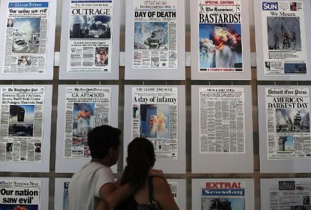 2016年9月9日,游客在华盛顿特区新闻博物馆(Newseum)的9/11画廊观看刊登911恐怖袭击报导的报纸头版。(Alex Wong/Getty Images)