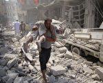 美俄于2016年9月10日宣布促成叙利亚停火协议,但叙利亚北部的两大城在同日仍遭密集的炮弹攻击,已造成至少百人死亡。本图为伊德利布市的热闹地区遭到攻击后,救援人员从残骸中抬出伤者。(OMAR HAJ KADOUR/AFP/Getty Images)