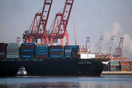 在獲得美國法院批准後,韓進希臘號開始入港卸貨。(DAVID MCNEW/AFP/Getty Images)
