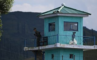 9月11日,一名朝鲜士兵在边境站岗。 (GREG BAKER/AFP/Getty Images)