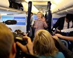 9月15日在纽约WHITE PLAINS机场的私人飞机上, 希拉里与随行记者团成员交谈。( Justin Sullivan/Getty Images)