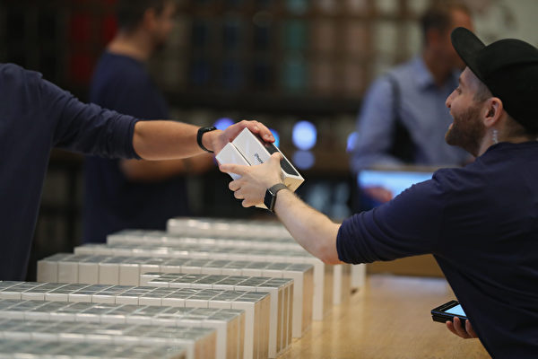 9月16日, iPhone 7在全球多地正式發售,目前已經成為市場上最搶手的「機王」。(Sean Gallup/Getty Images)