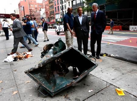 纽约市长白思豪(右)和州长库莫周日在爆炸现场。(Justin Lane-Pool/Getty Images)