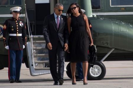 图为美国总统奥巴马与第一夫人米歇尔9月21日在纽约肯尼迪机场。( JIM WATSON/AFP/Getty Images)